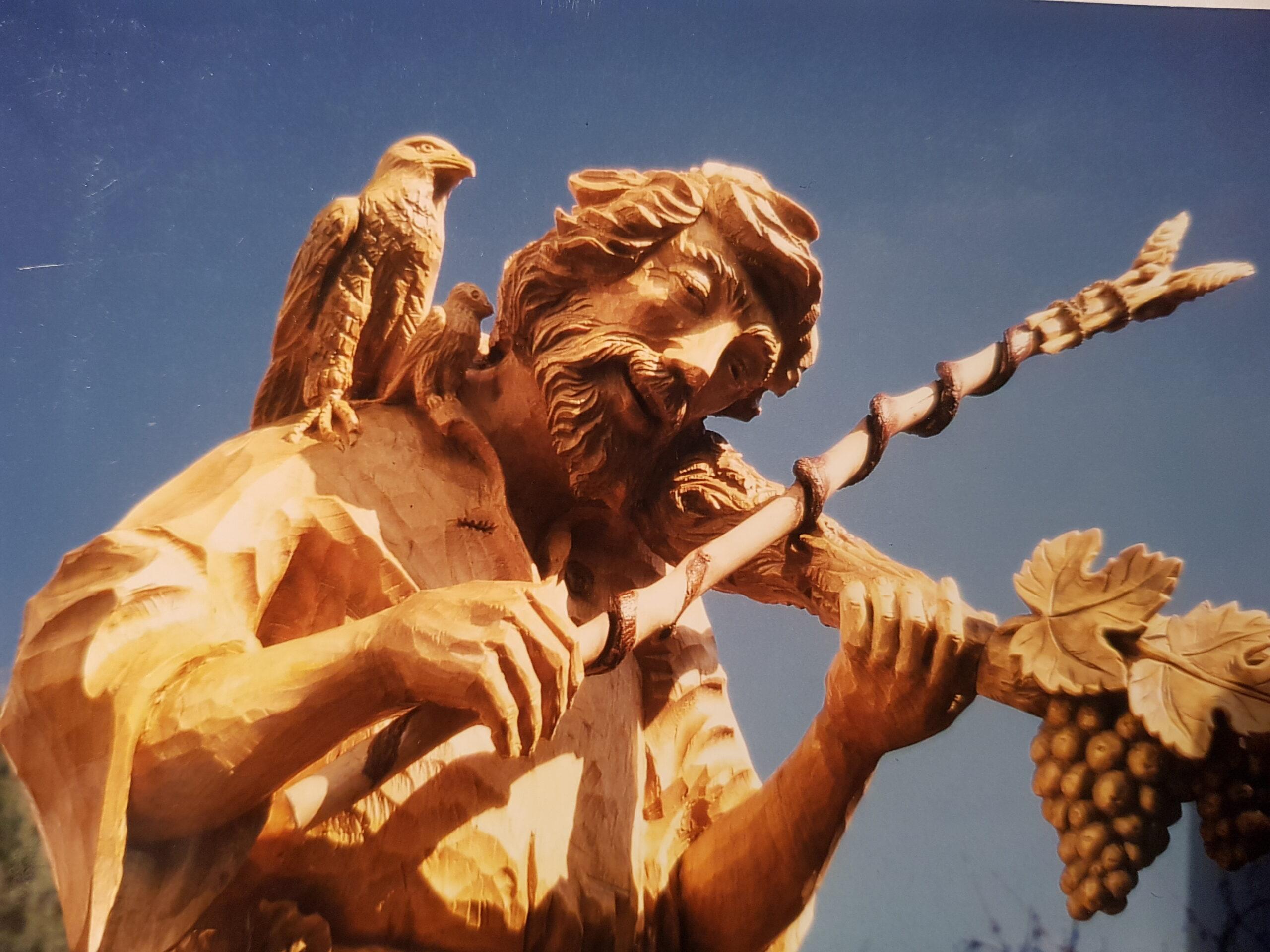 Fideler Musikus auf dem Dorfbrunnen